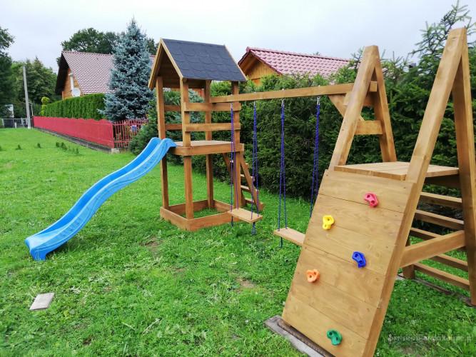 Plac zabaw dla dzieci, domek dla dzieci, huśtawka, zjeżdżalnia, piaskownica, ścianka wspinaczkowa